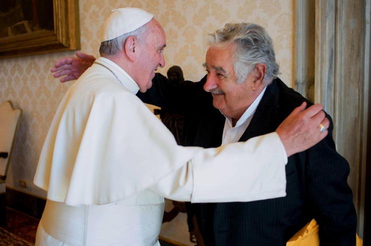 (150528) -- ROMA, mayo 28, 2015 (Xinhua) -- El papa Francisco (i) se reúne con el expresidente de Uruguay, José Mujica (d), en una audiencia privada en la Ciudad del Vaticano, en Roma, Italia, el 28 de mayo de 2015.  (Xinhua/L'Osservatore Romano/ANSA/ZUMAPRESS) (jg) (sp) ***CREDITO OBLIGATORIO*** ***NO ARCHIVO-NO VENTAS*** ***SOLO USO EDITORIAL*** ***DERECHOS DE USO UNICAMENTE PARA ASIA, AUSTRALIA, MEDIO ORIENTE Y NORTEAMERICA***